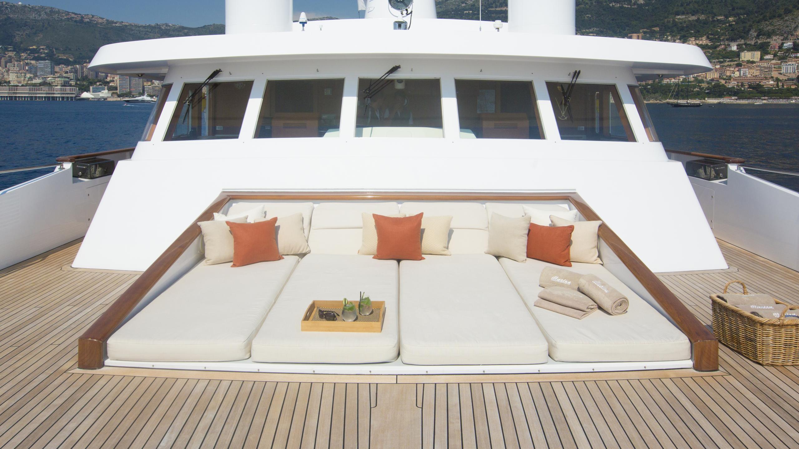 illusion-yacht-sun-deck