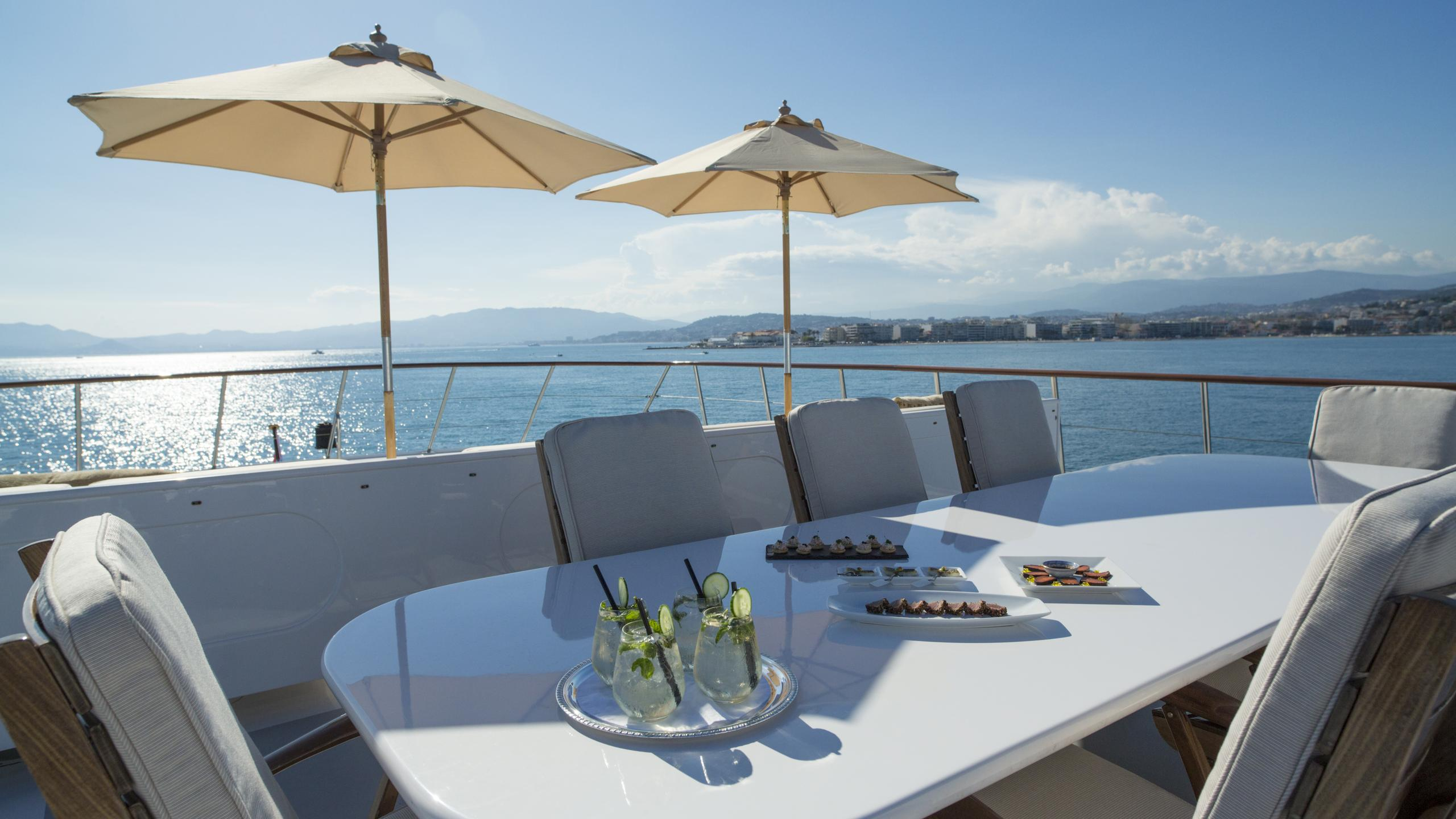 illusion-yacht-fly-deck-dining