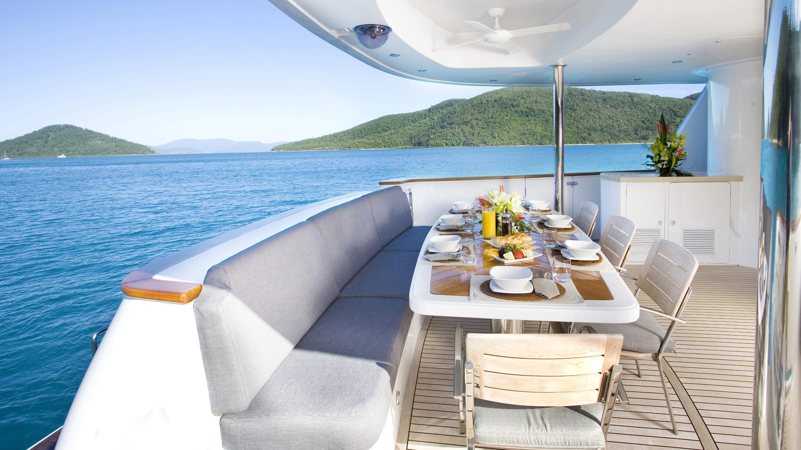 delise-III-yacht-aft-deck