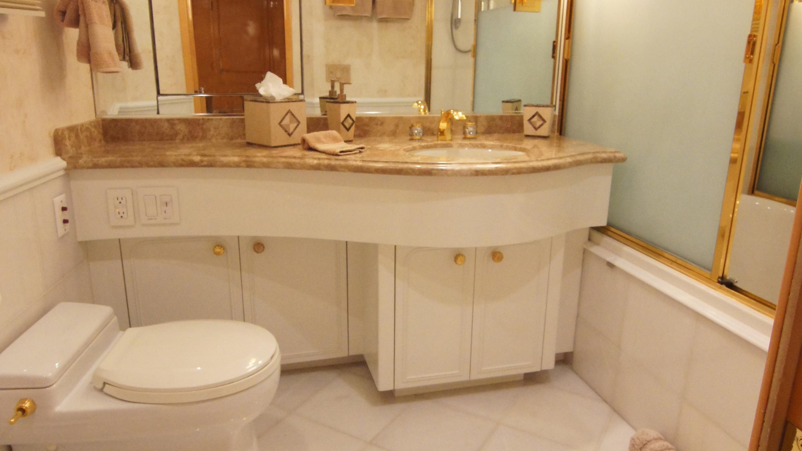 charisma-yacht-bathroom