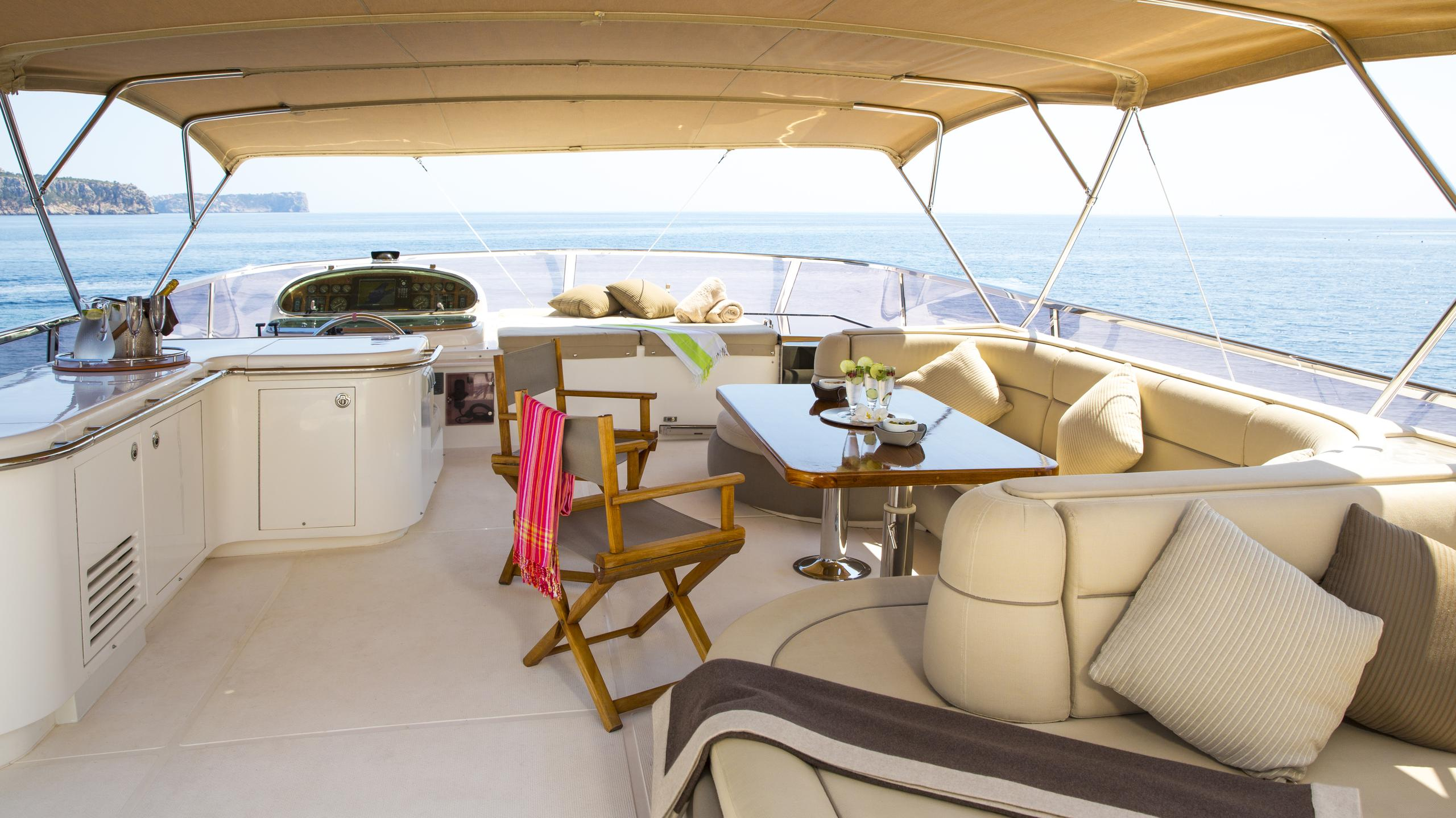 vogue-yacht-fly-deck