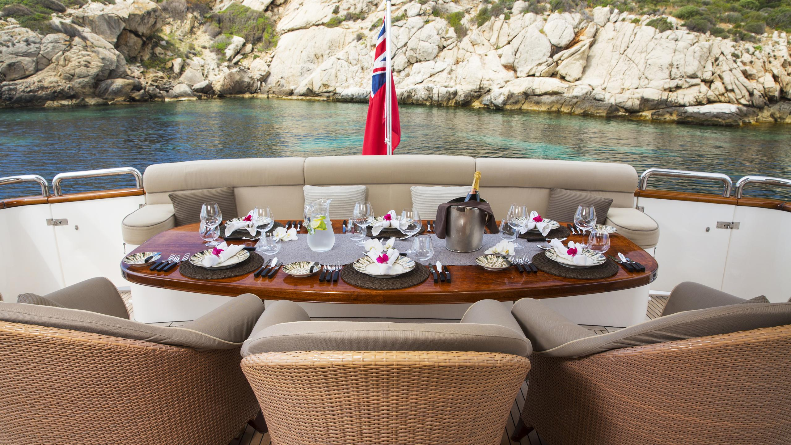 vogue-yacht-aft-dining