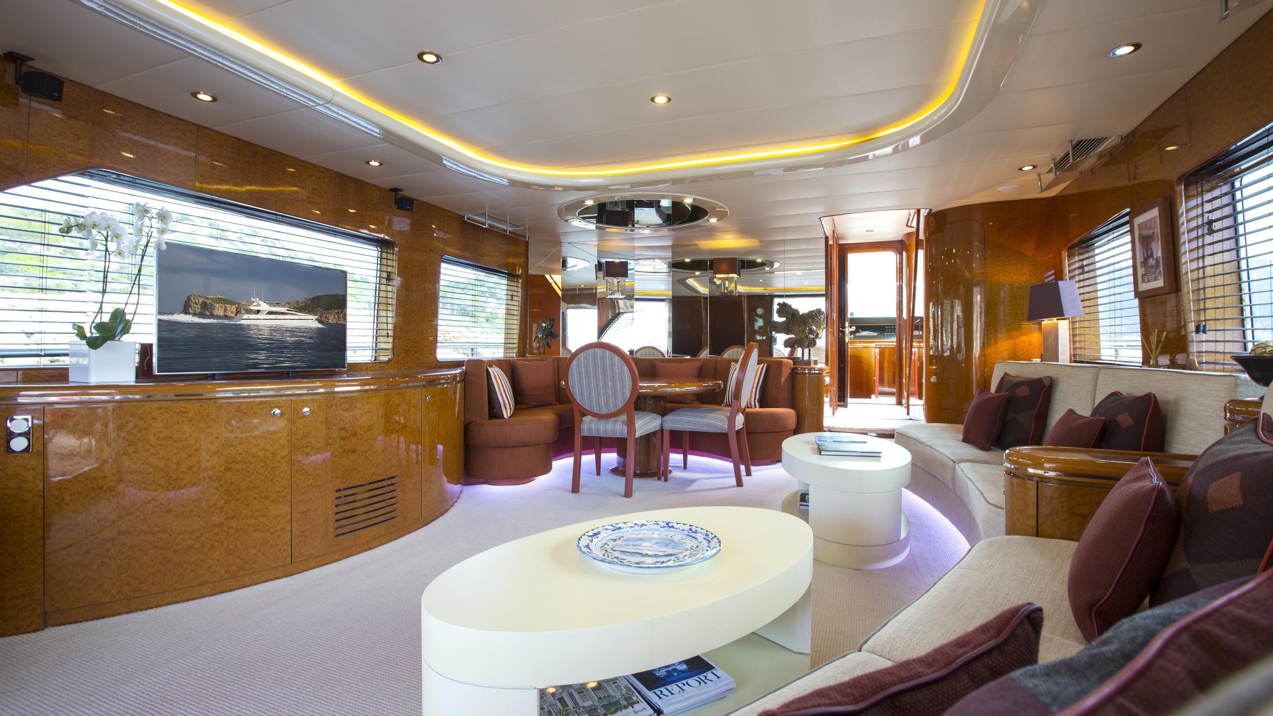vogue-yacht-saloon