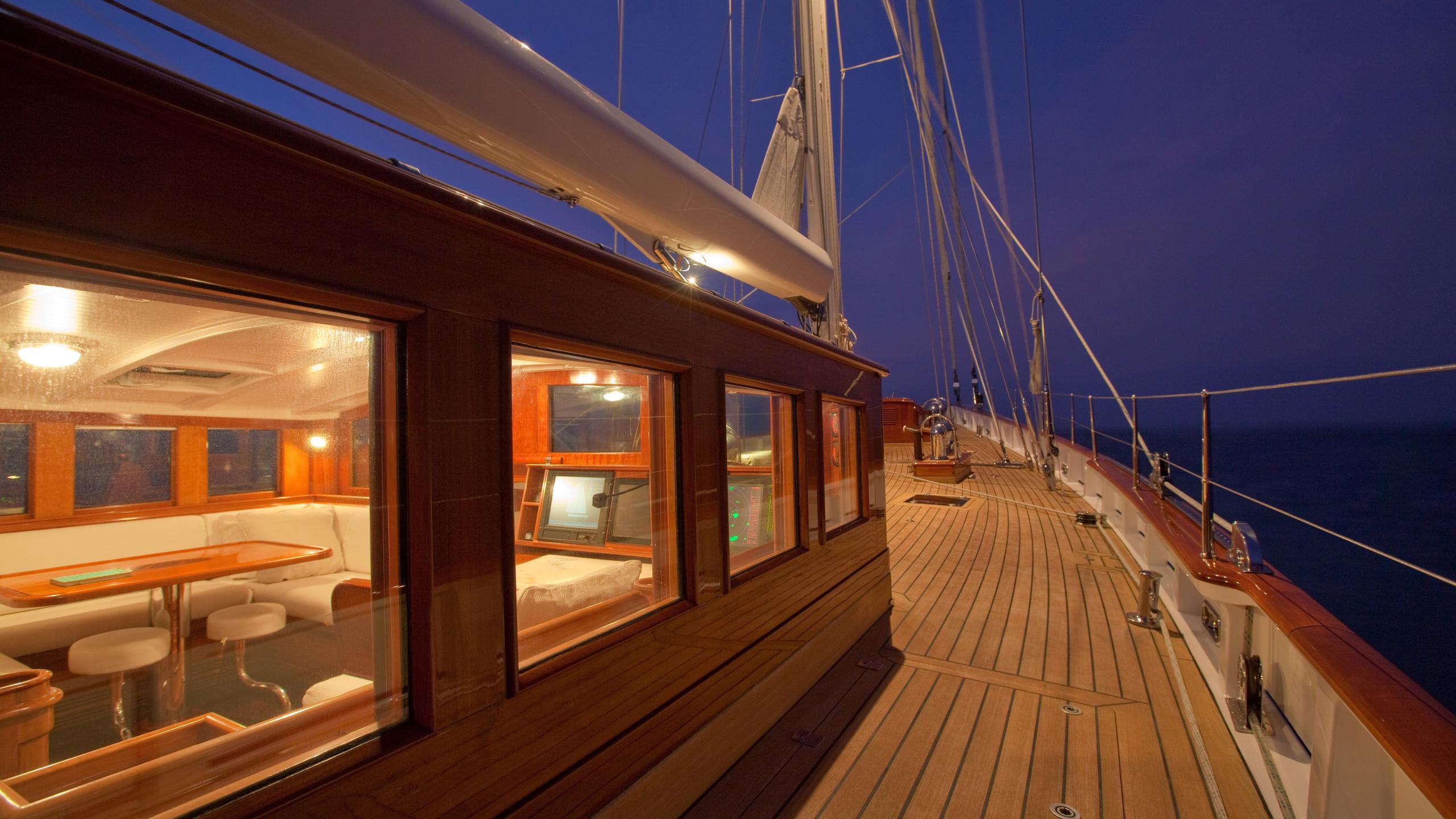 carl-linne-yacht-sidedeck