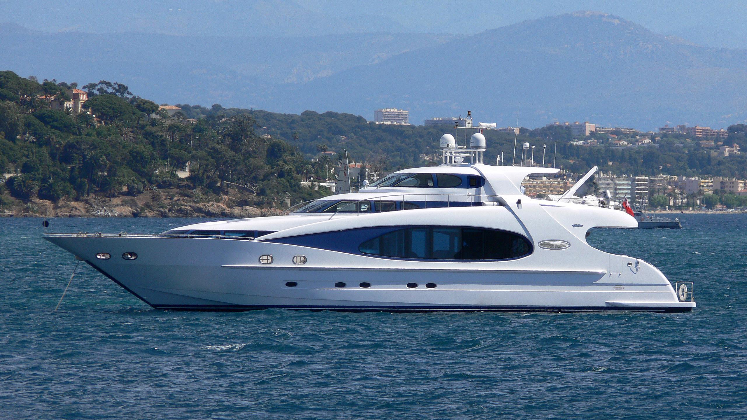 cest-la-vie-yacht-exterior