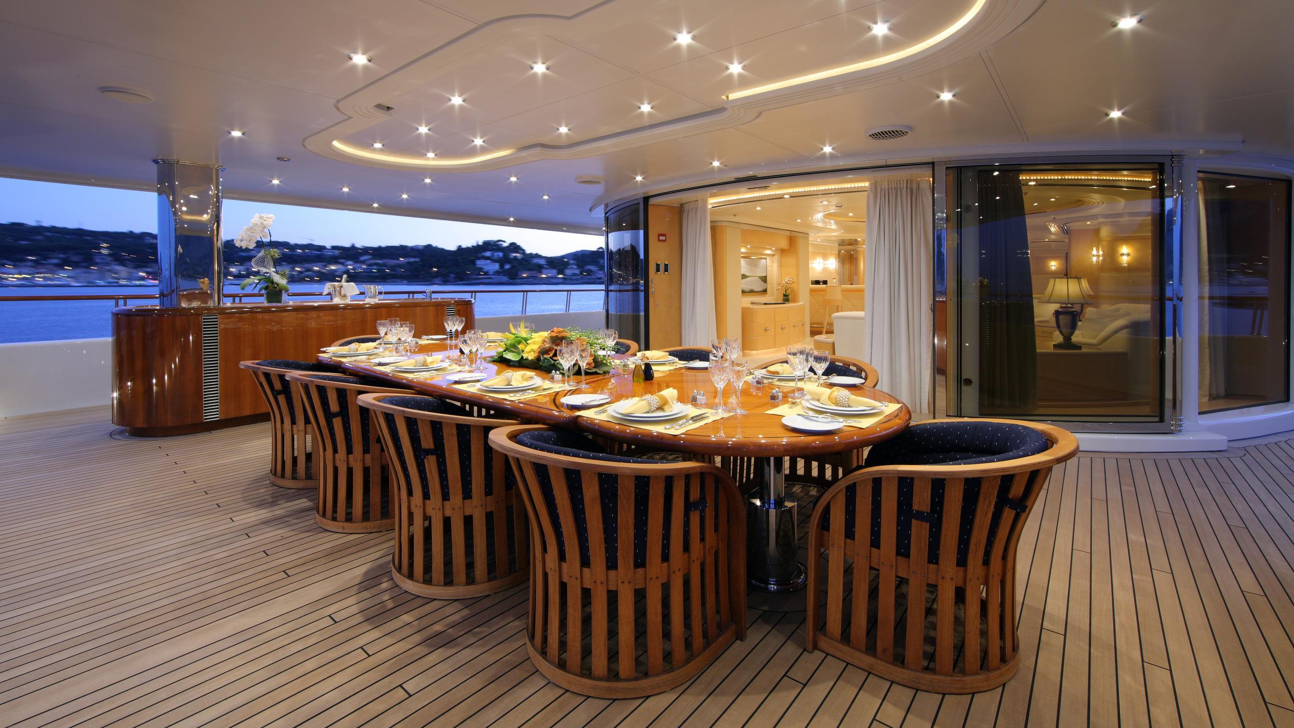 capri-yacht-aft-dining