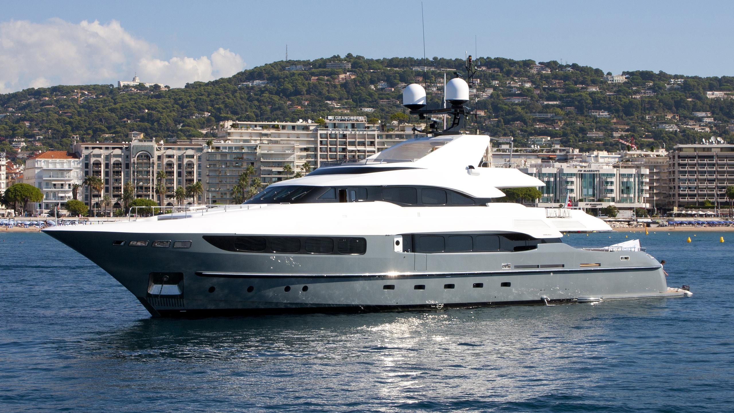 legenda-yacht-exterior