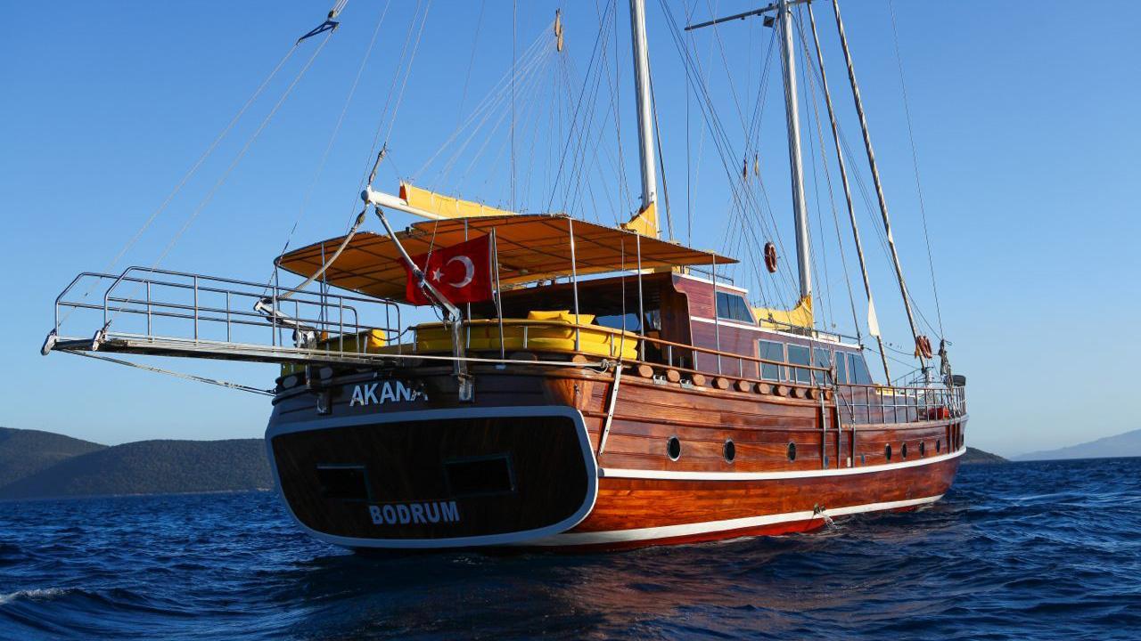 akana-yacht-stern