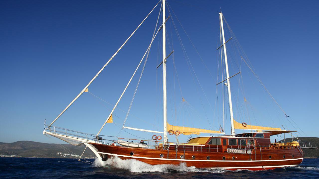 akana-yacht-at-sea
