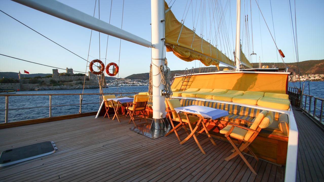 akana-yacht-sun-deck