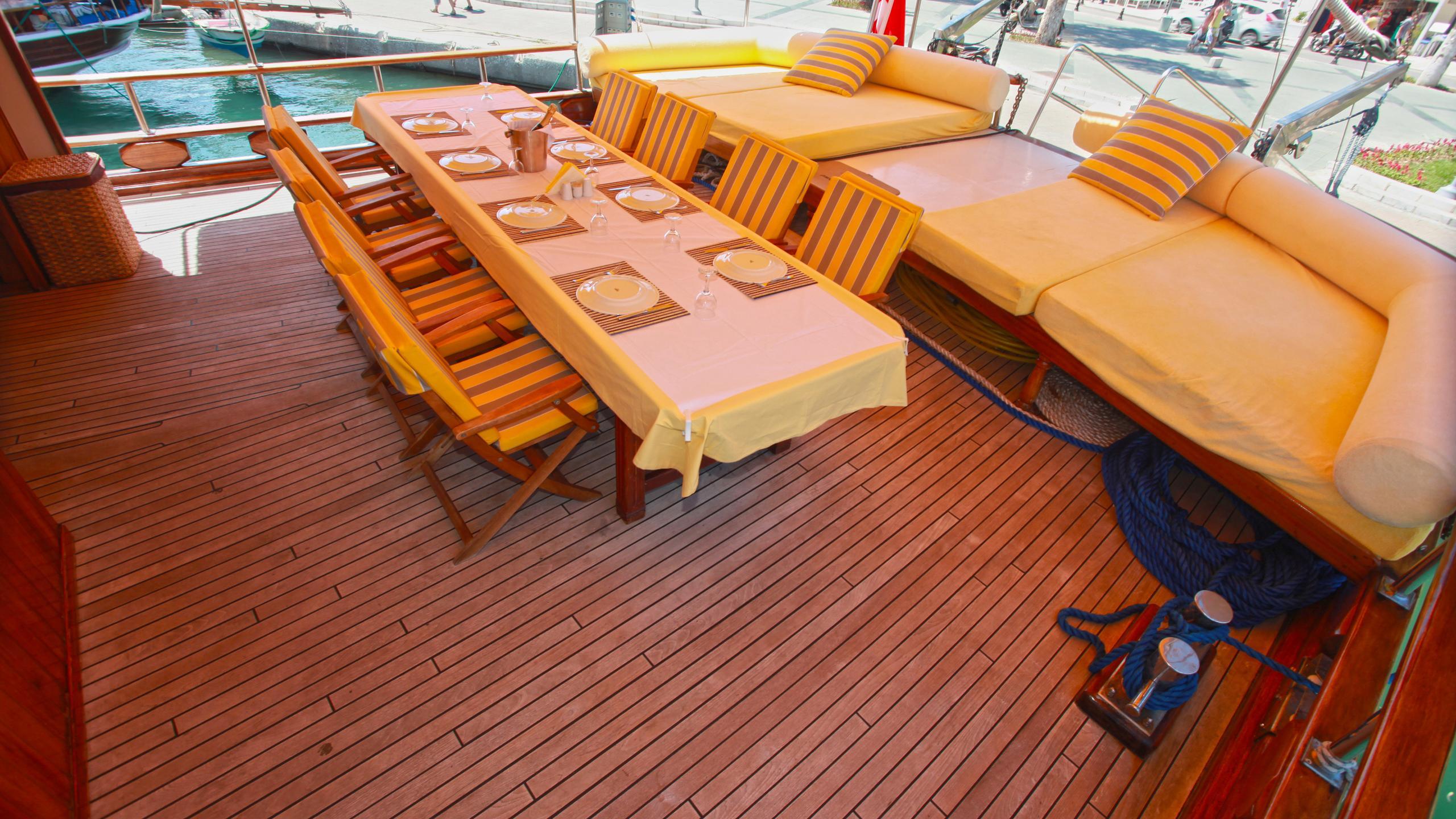 akana-yacht-aft-dining