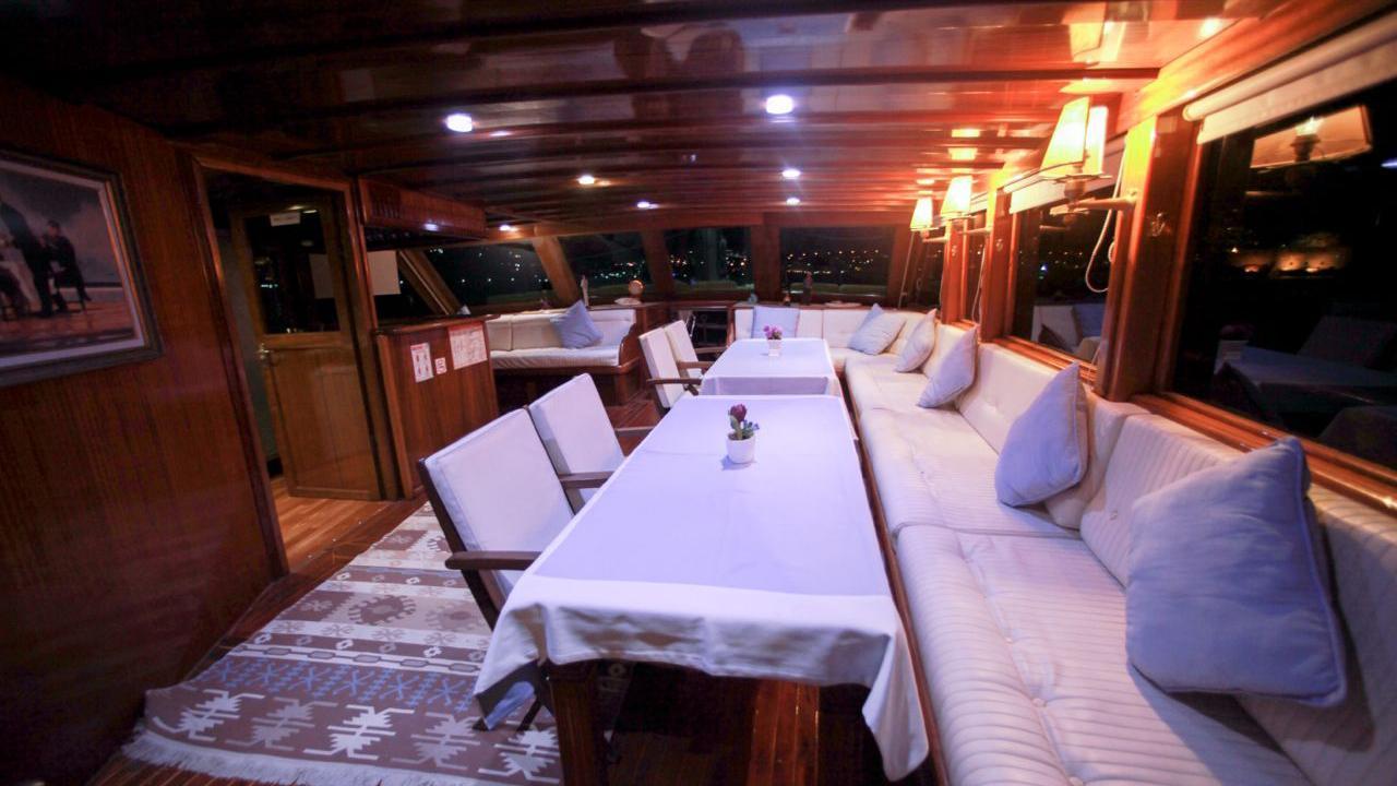 akana-yacht-formal-dining