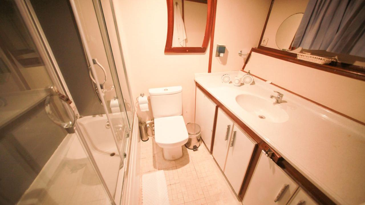 akana-yacht-bathroom