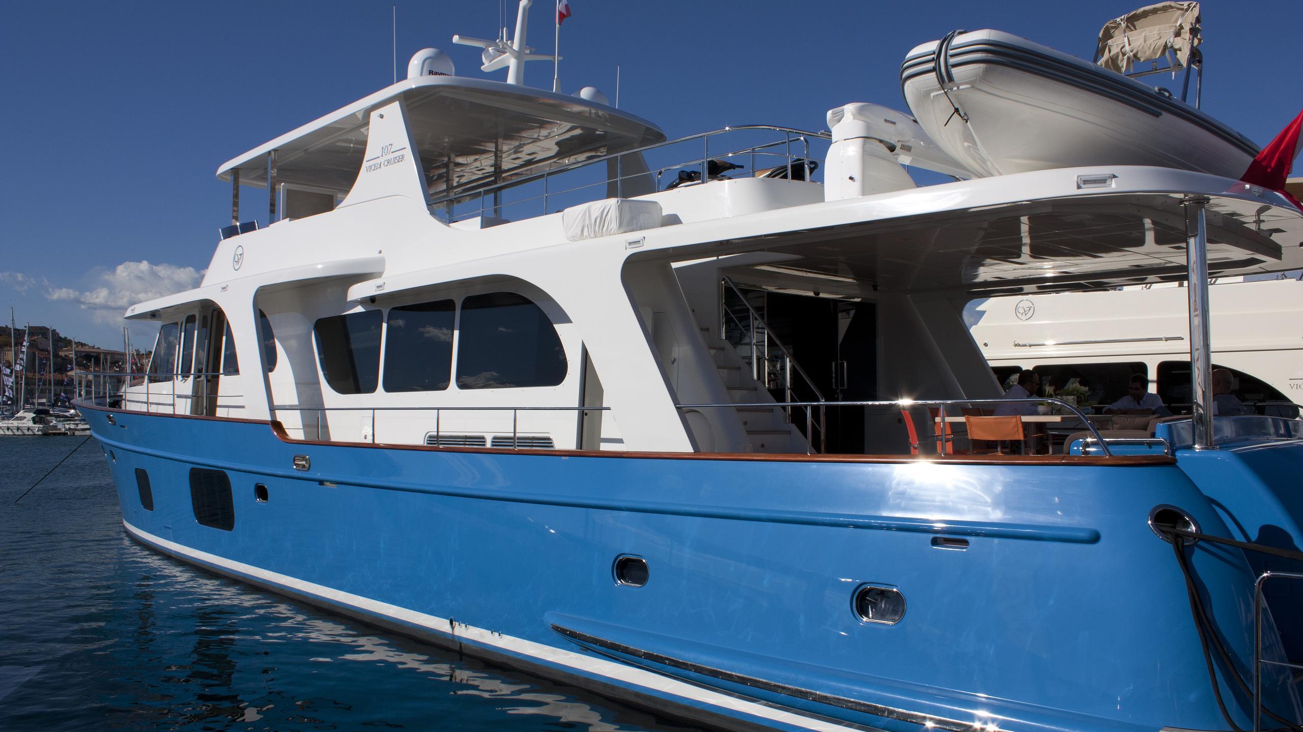 moni-yacht-exterior