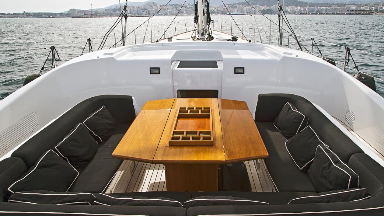 havana-yacht-exterior-dining