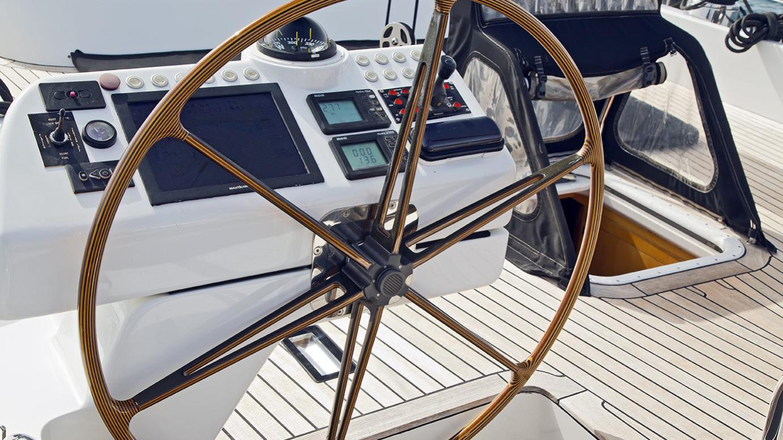 havana-yacht-helm