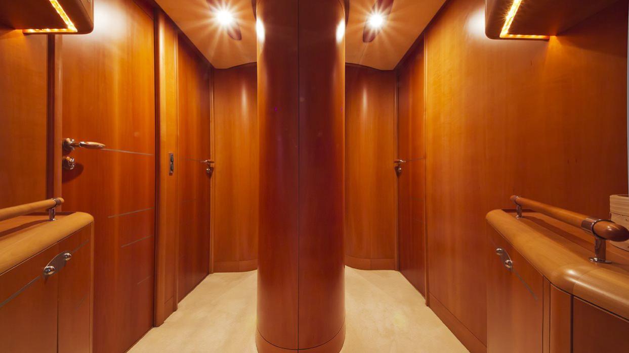 havana-yacht-hallway