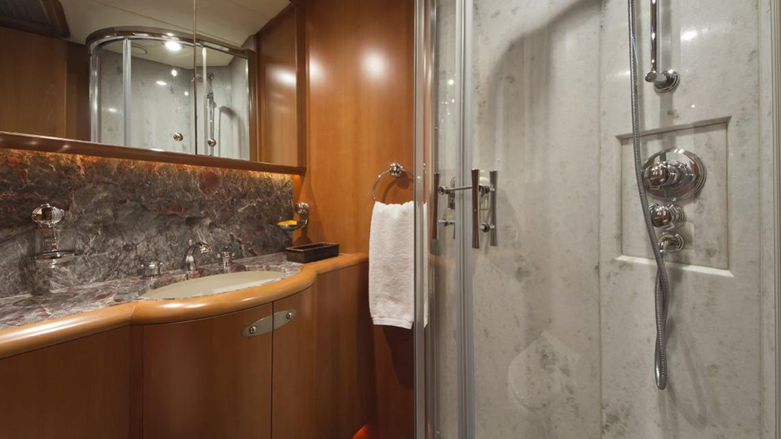 havana-yacht-bathroom