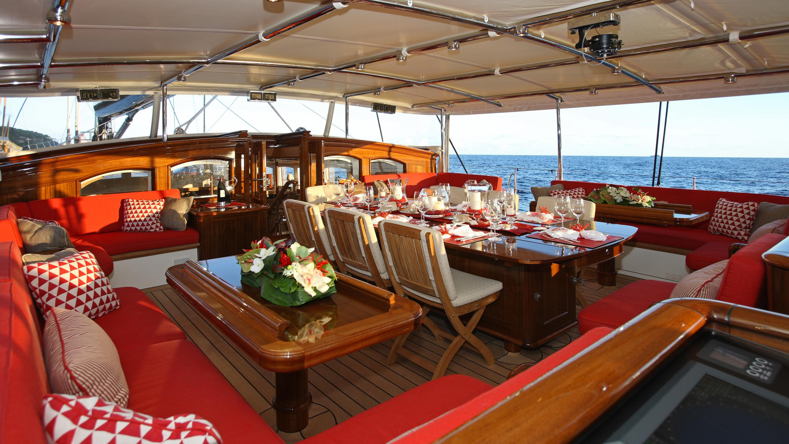 marie-yacht-aft-dining