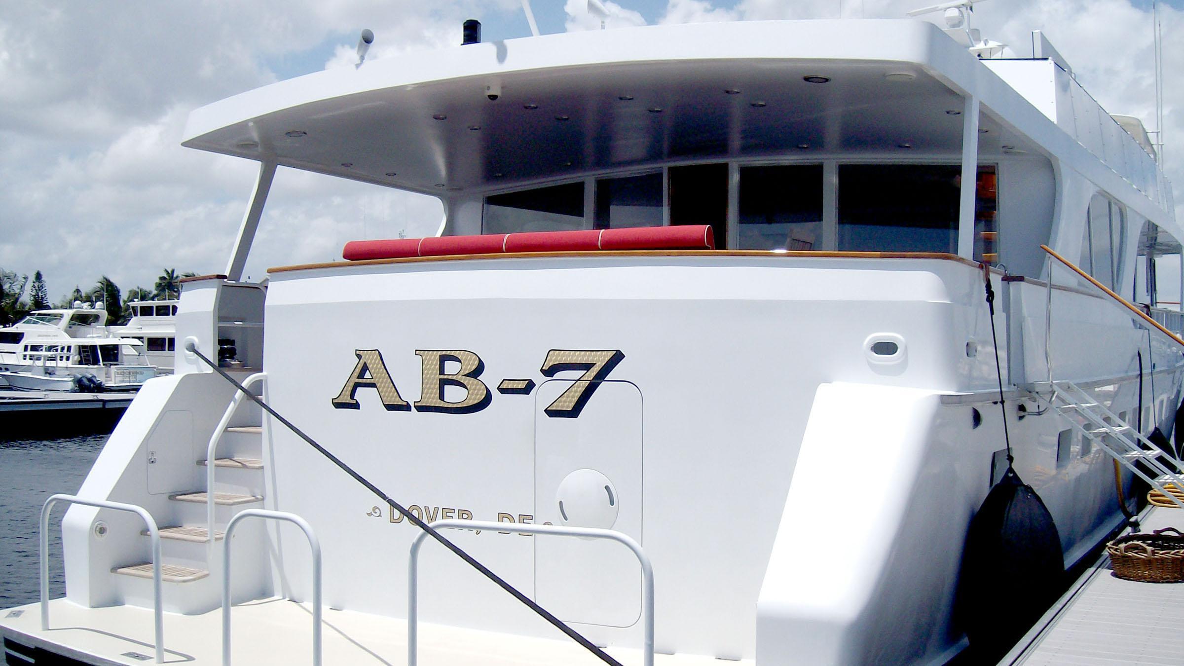clarissa-yacht-stern