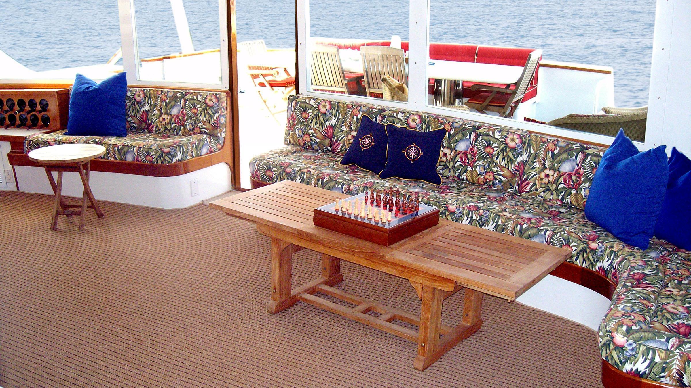 clarissa-yacht-saloon