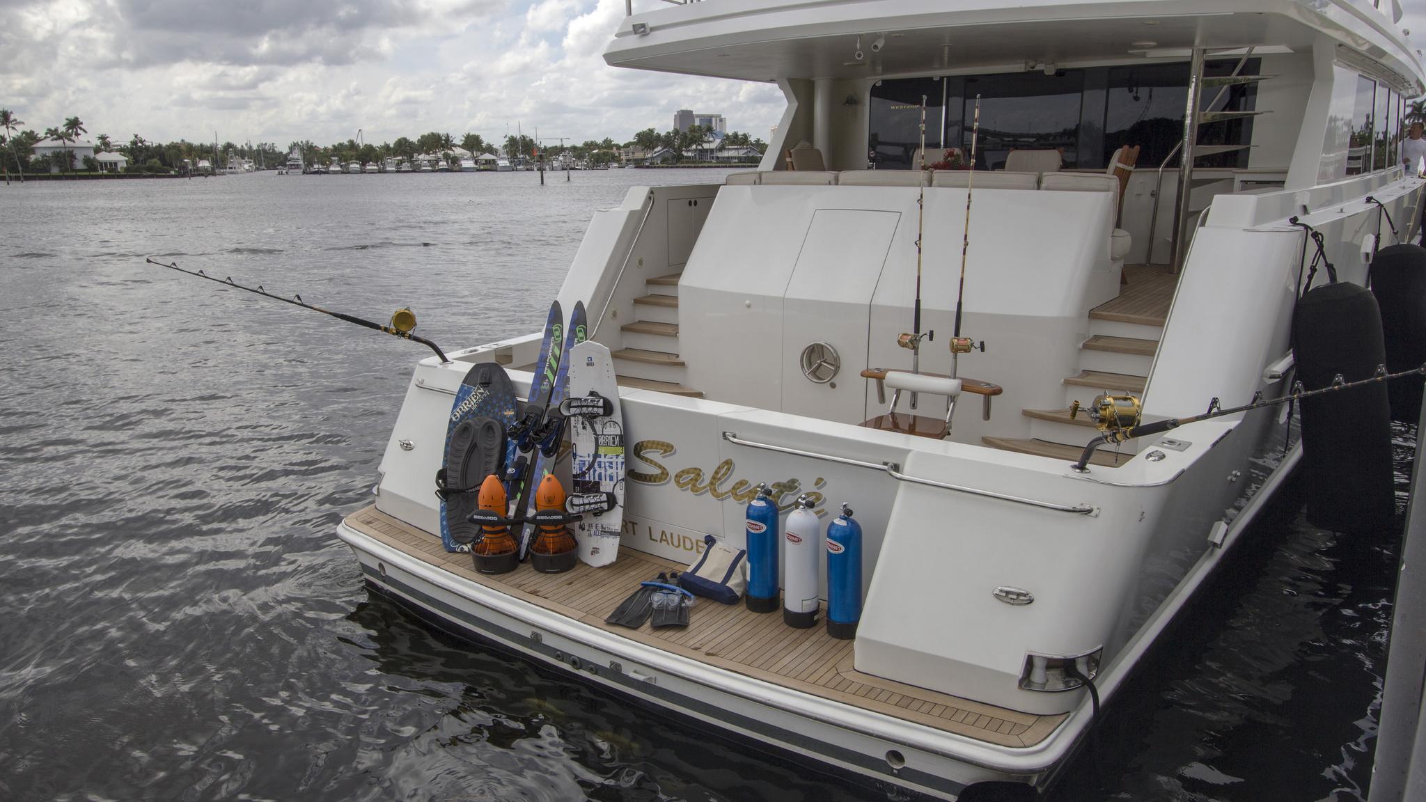 asalute-yacht-stern