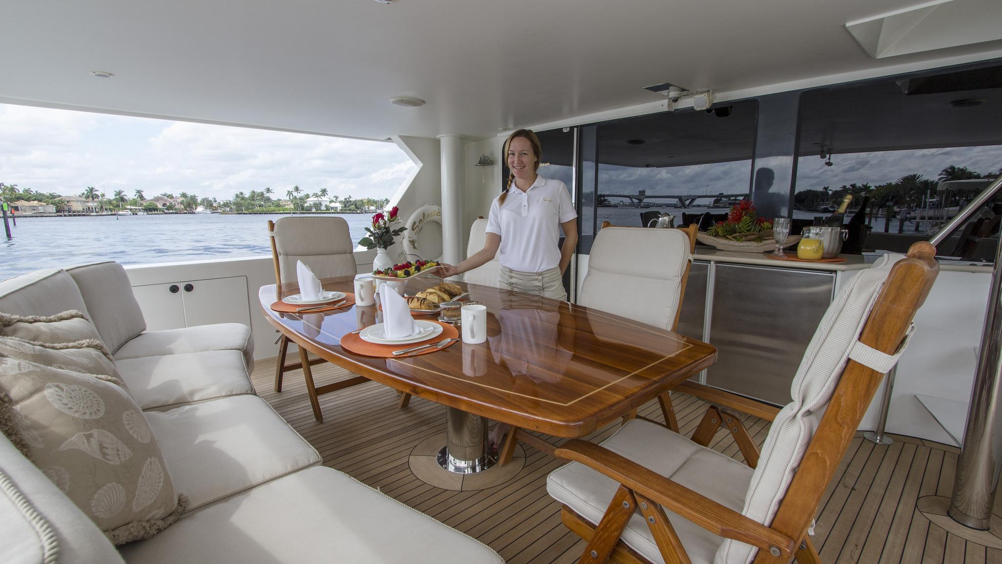 asalute-yacht-aft-dining