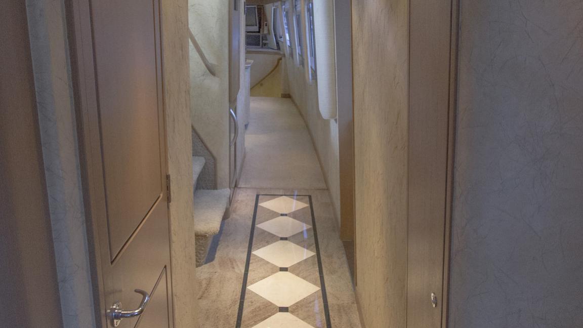 asalute-yacht-hallway