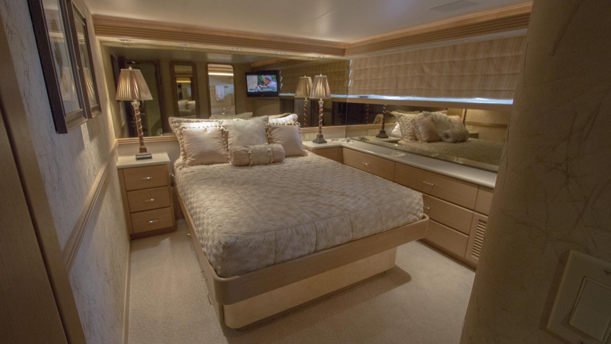 asalute-yacht-double-cabin