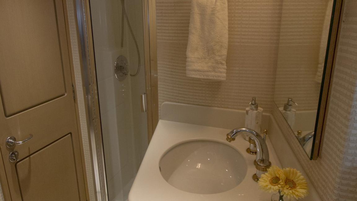 asalute-yacht-bathroom