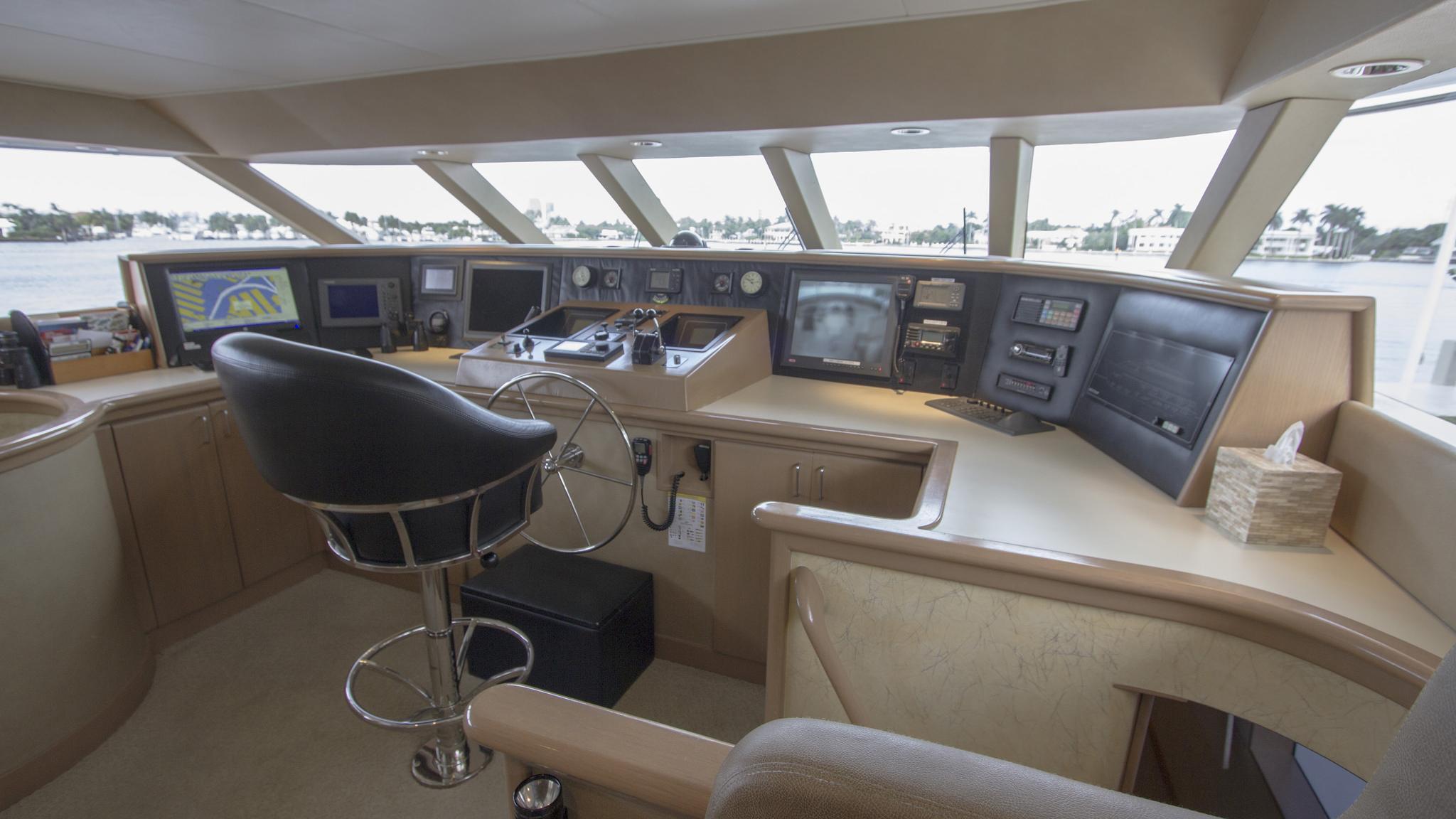 asalute-yacht-helm
