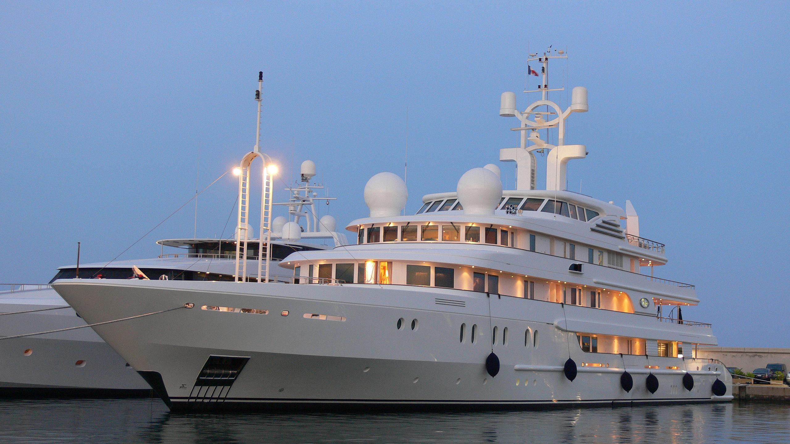 tueq-yacht-exterior