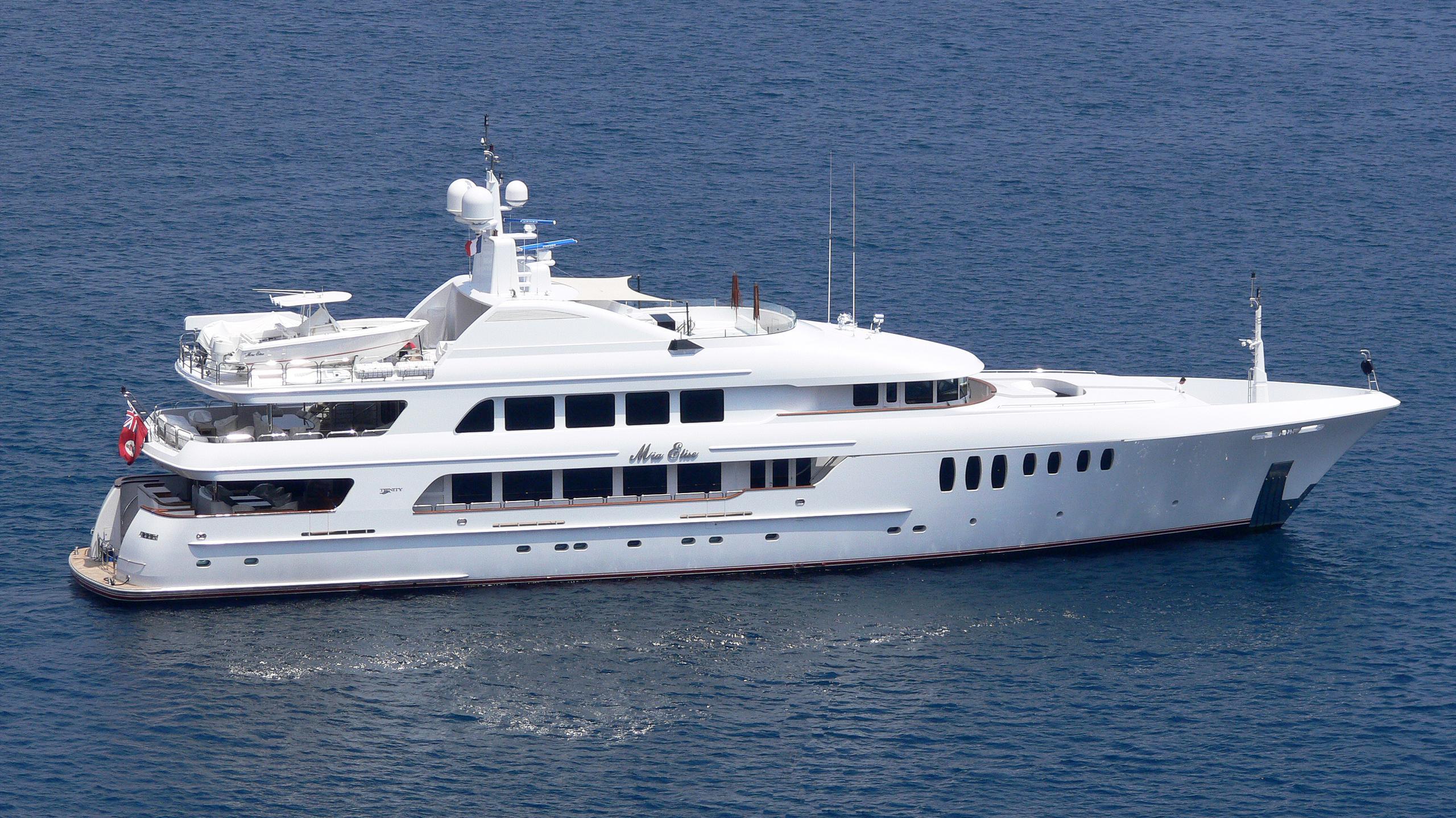 mustique-yacht-exterior