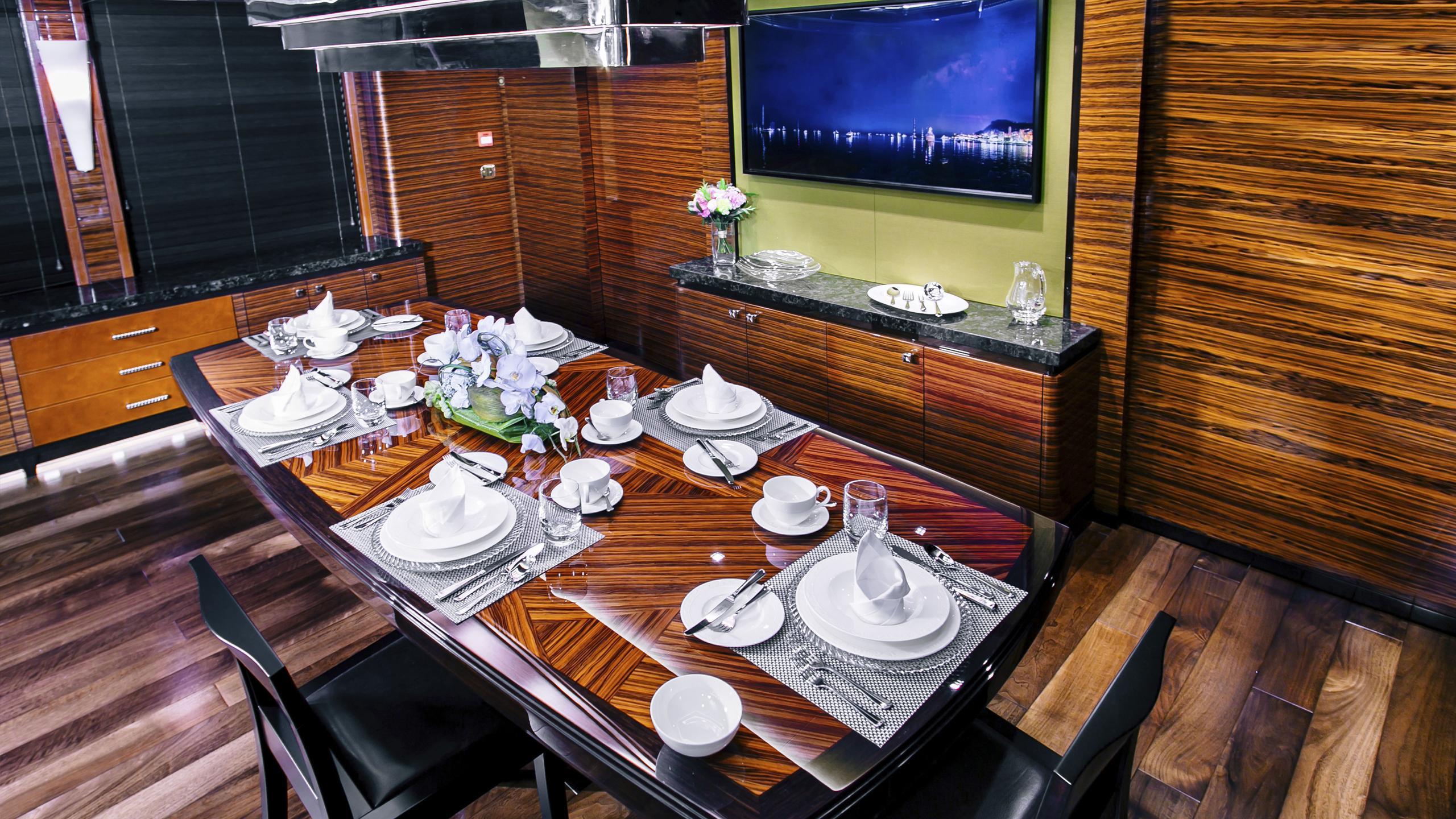 beluga-yacht-dining