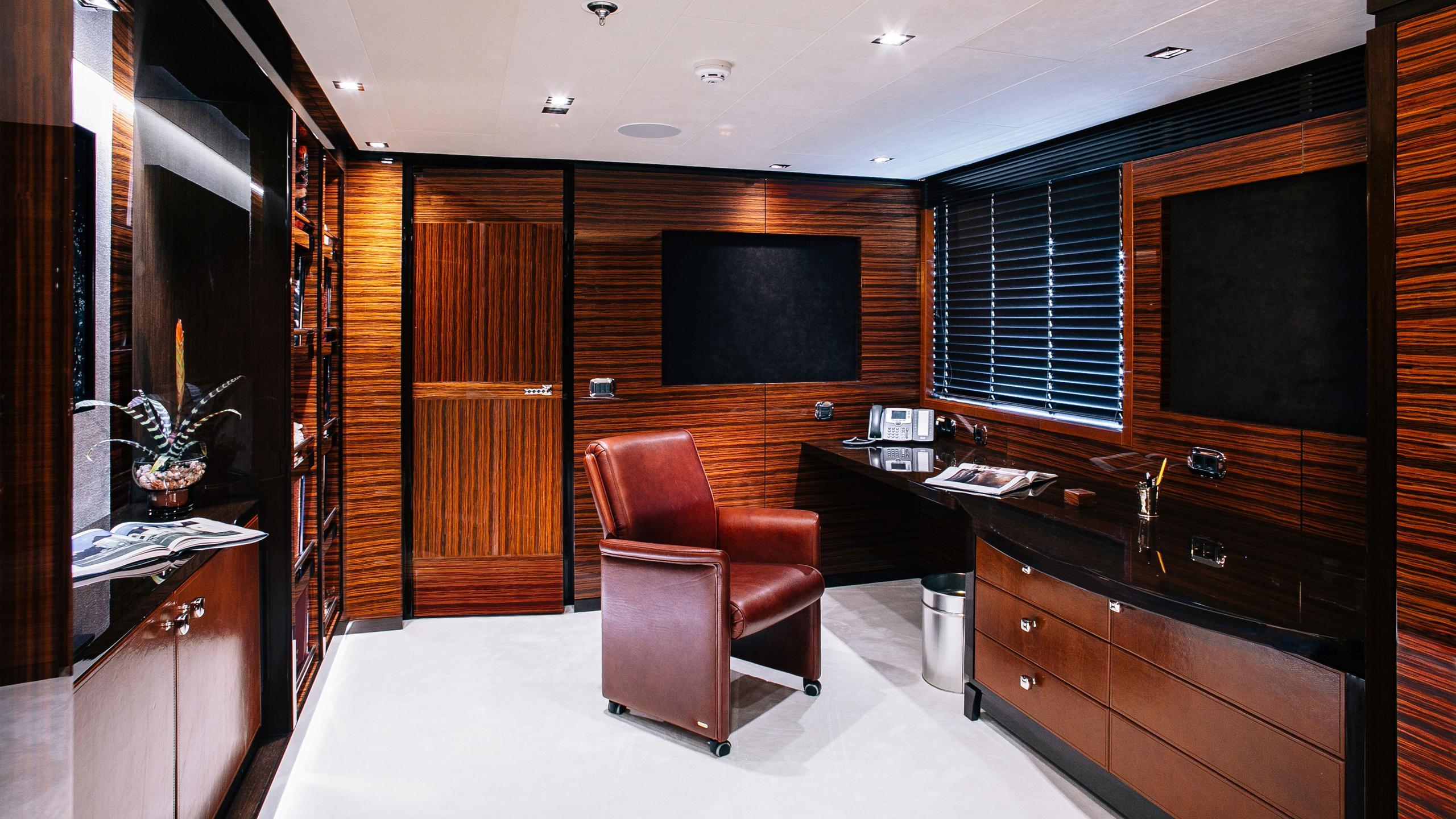 beluga-yacht-office