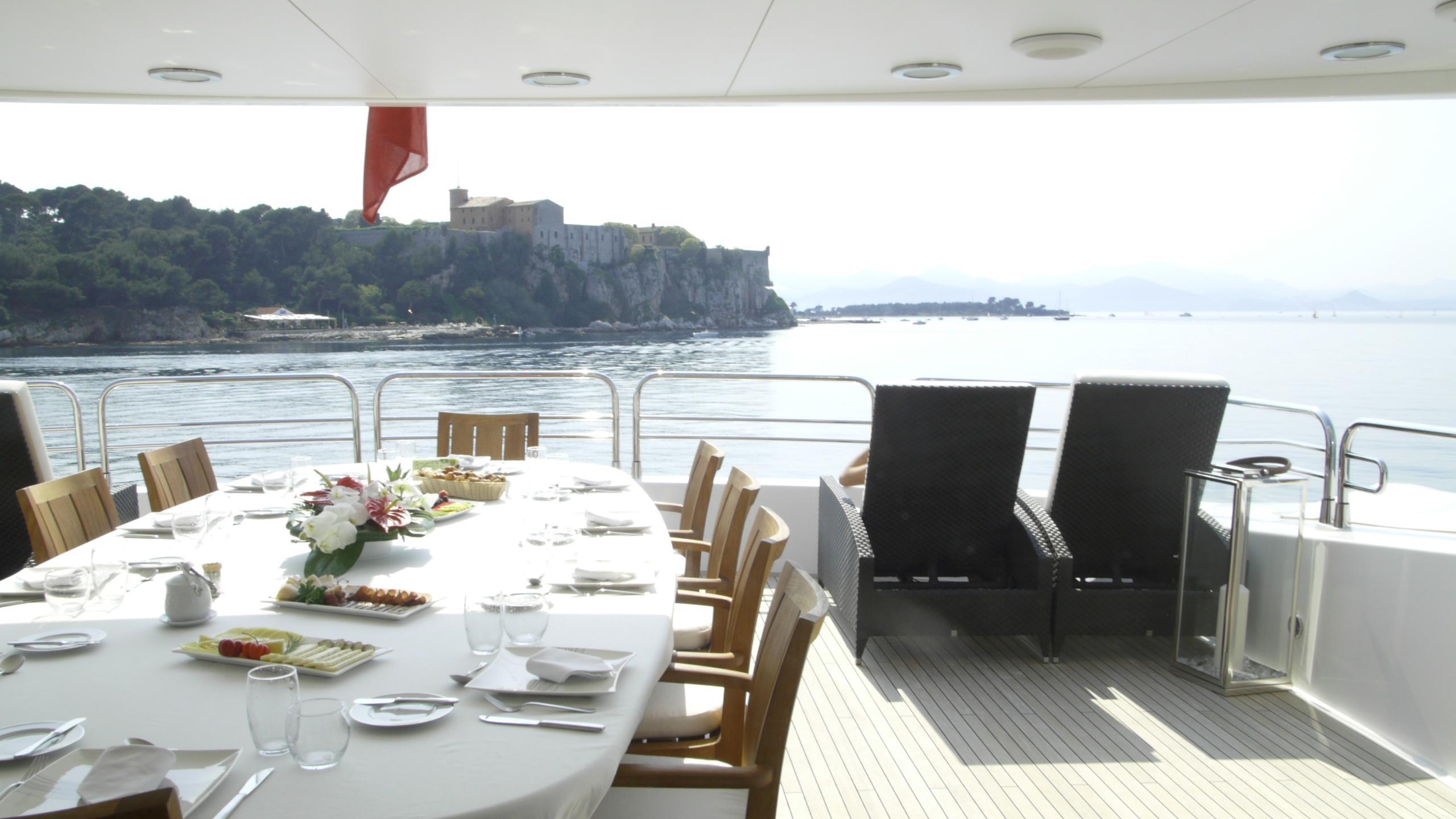 devocean-yacht-upper-deck-aft-dining