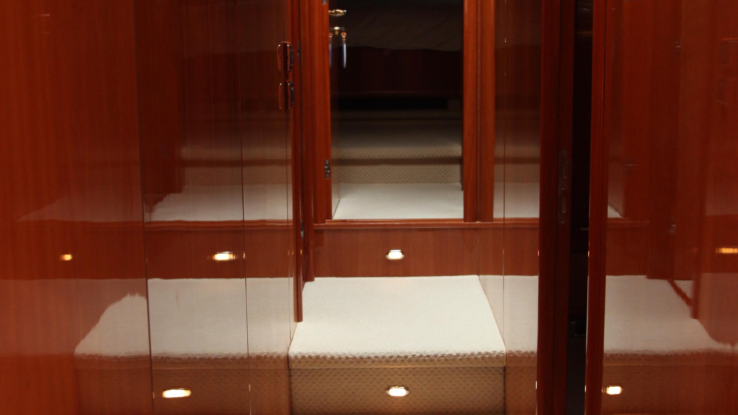 sunseeker-94-yacht-hallway
