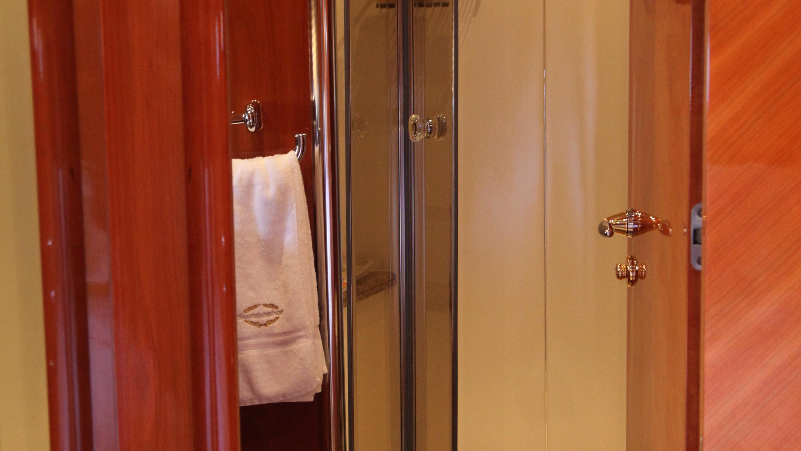 sunseeker-94-yacht-bathroom