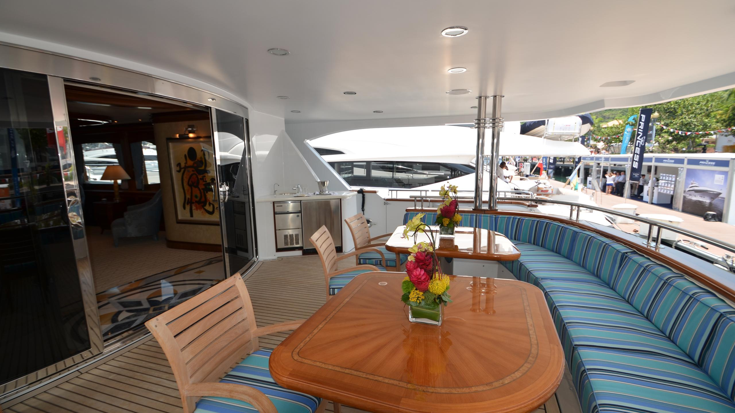 moon-sand-yacht-aft-dining
