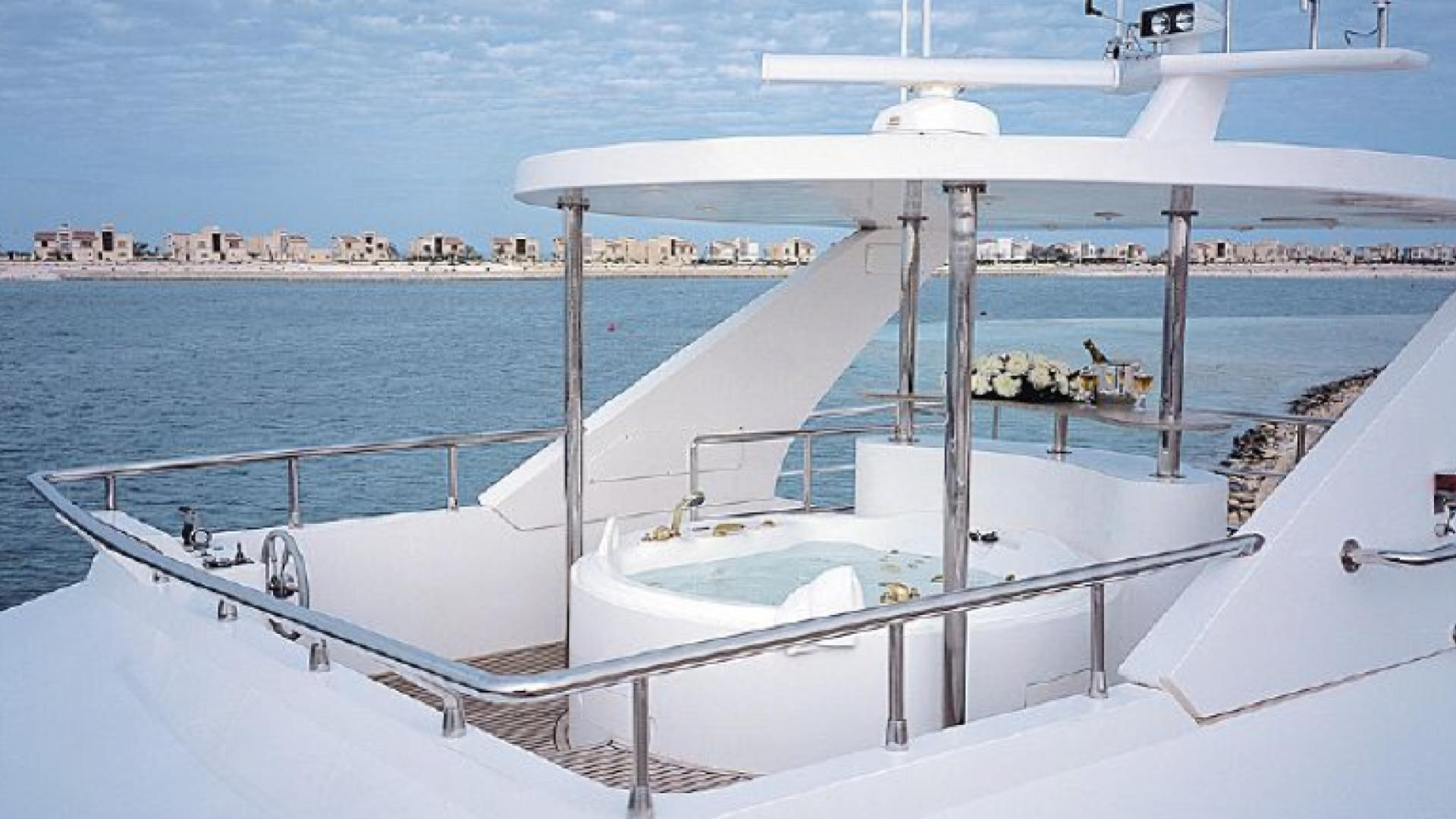 dream-yacht-jacuzzi