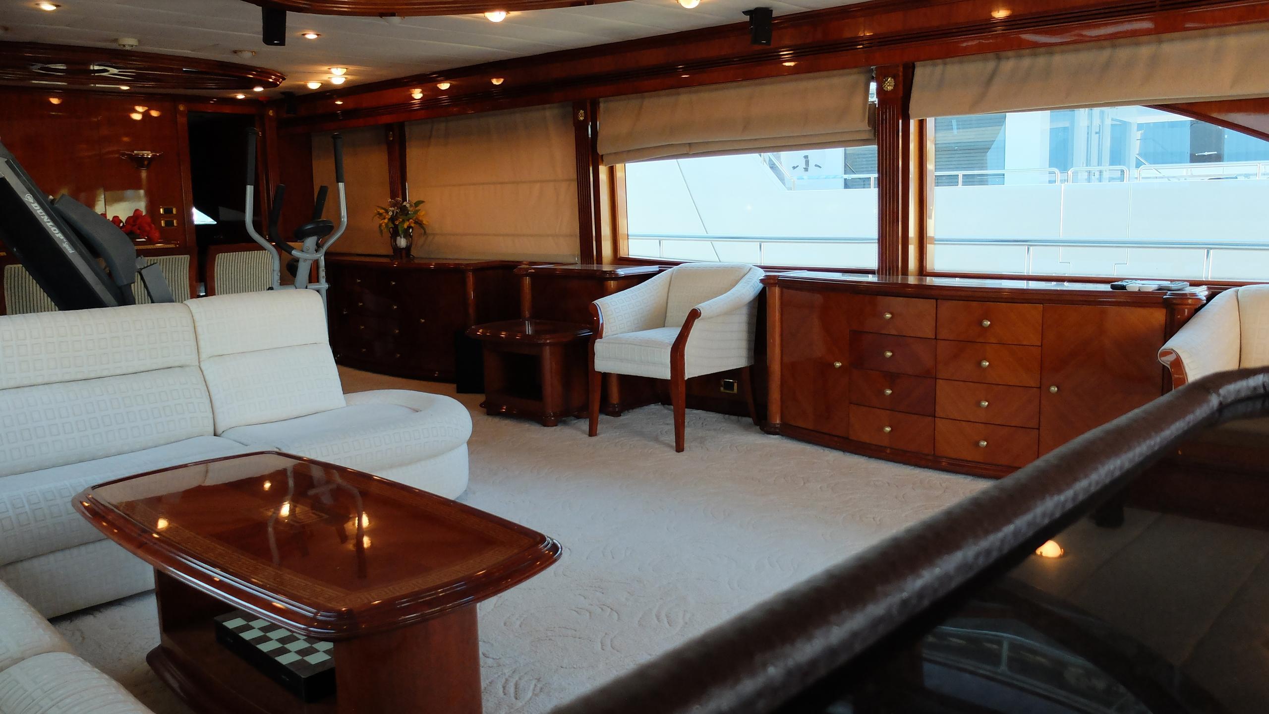 dream-yacht-saloon