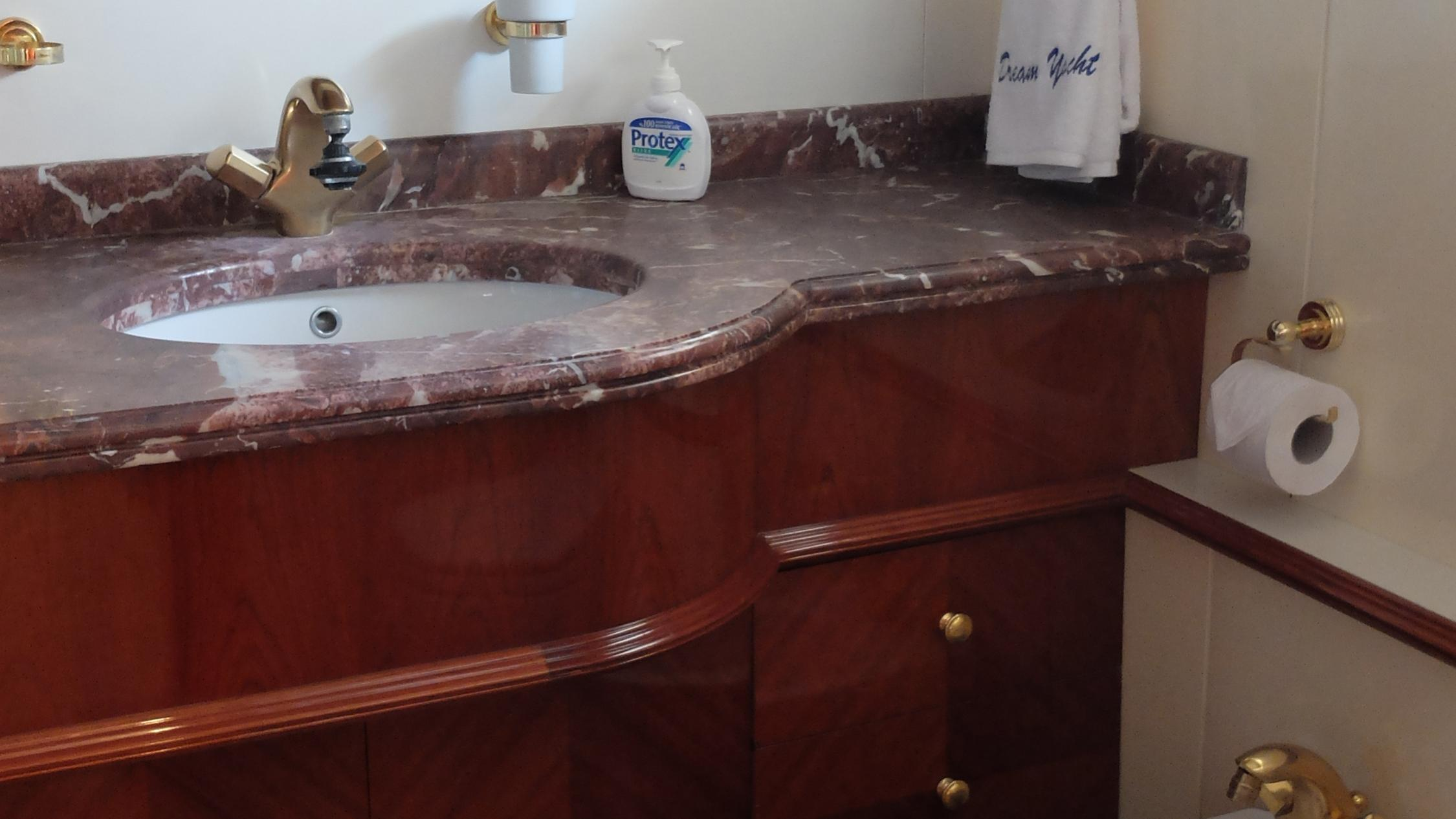dream-yacht-bathroom
