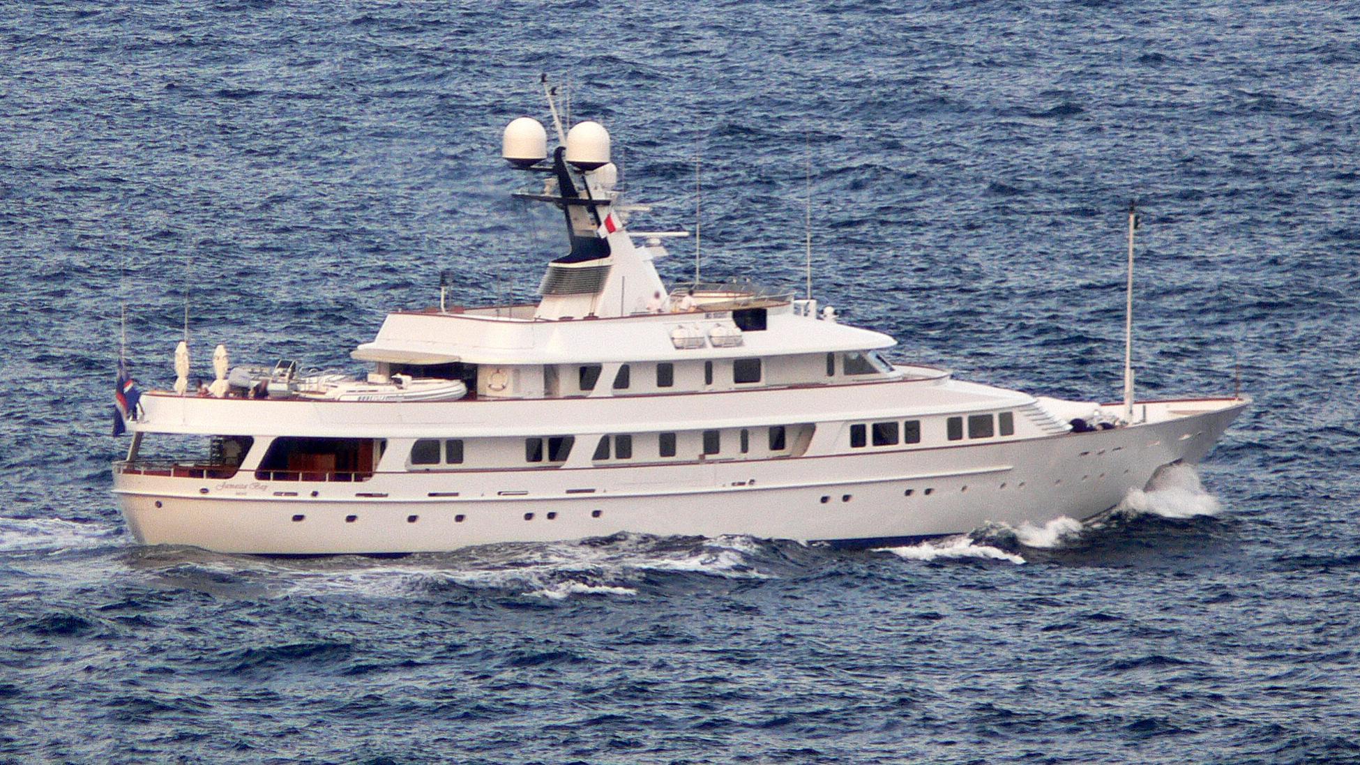 legend-yacht-exterior