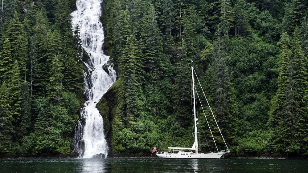 foftein-ii-yacht-at-anchor