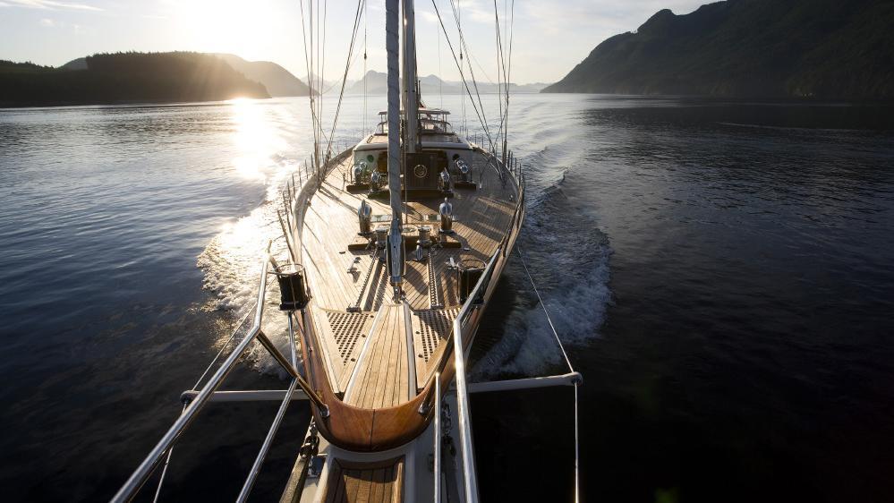 foftein-ii-yacht-bow