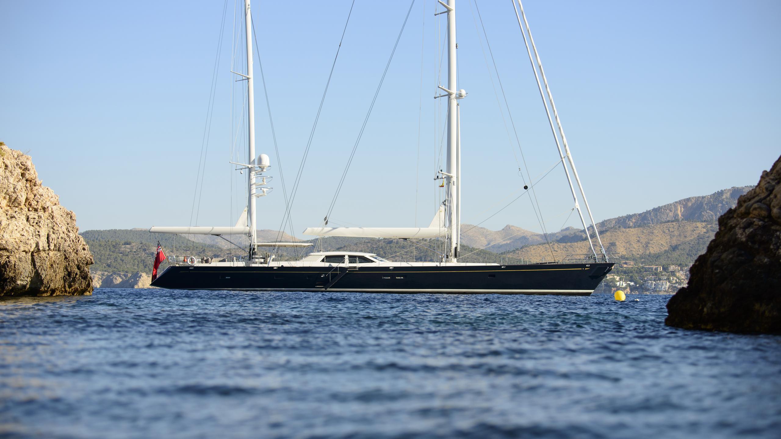 antares-yacht-at-anchor