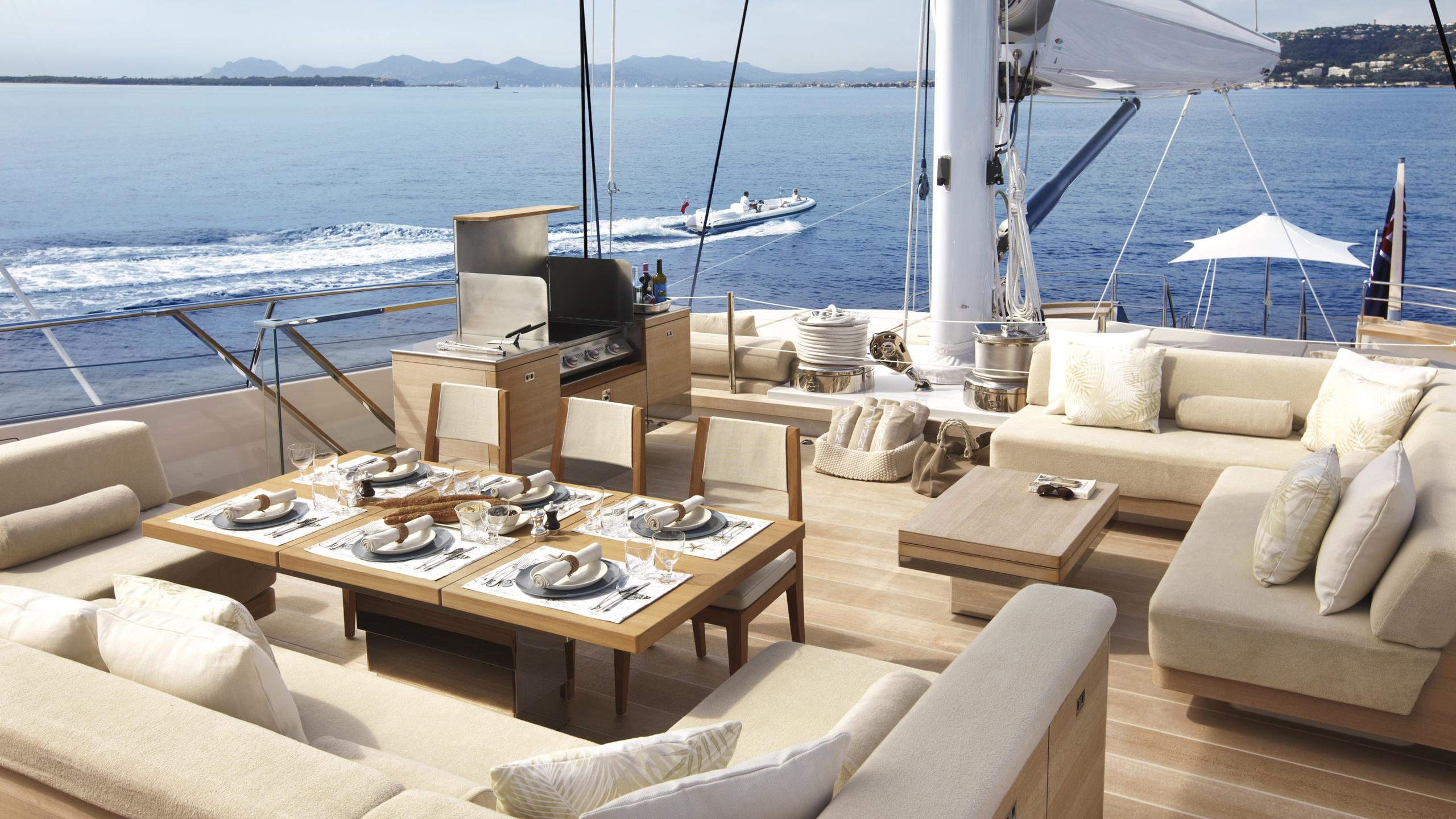 twizzle-yacht-upper-deck-dining