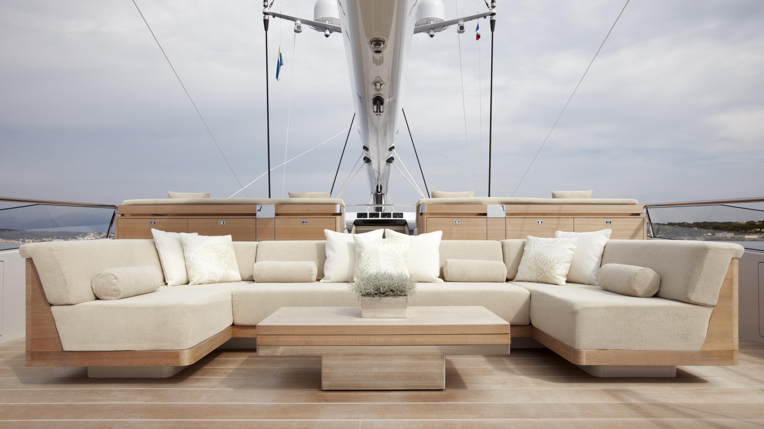 twizzle-yacht-deck