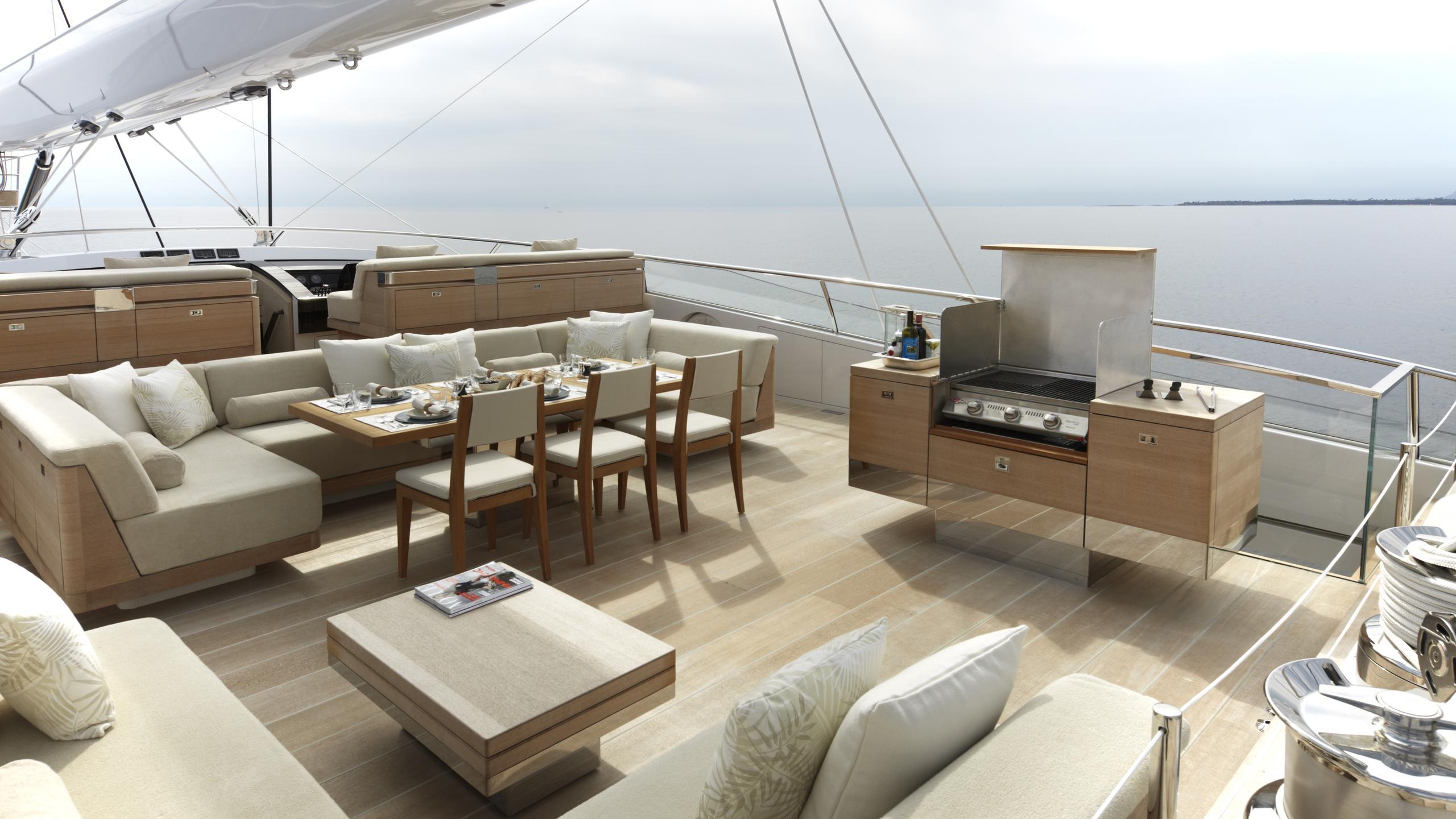 twizzle-yacht-upper-deck