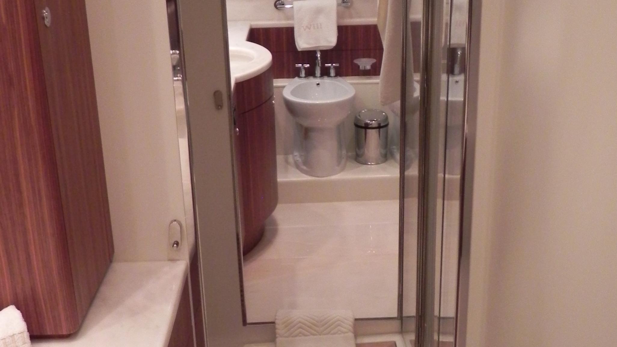 wedge-three-yacht-bathroom
